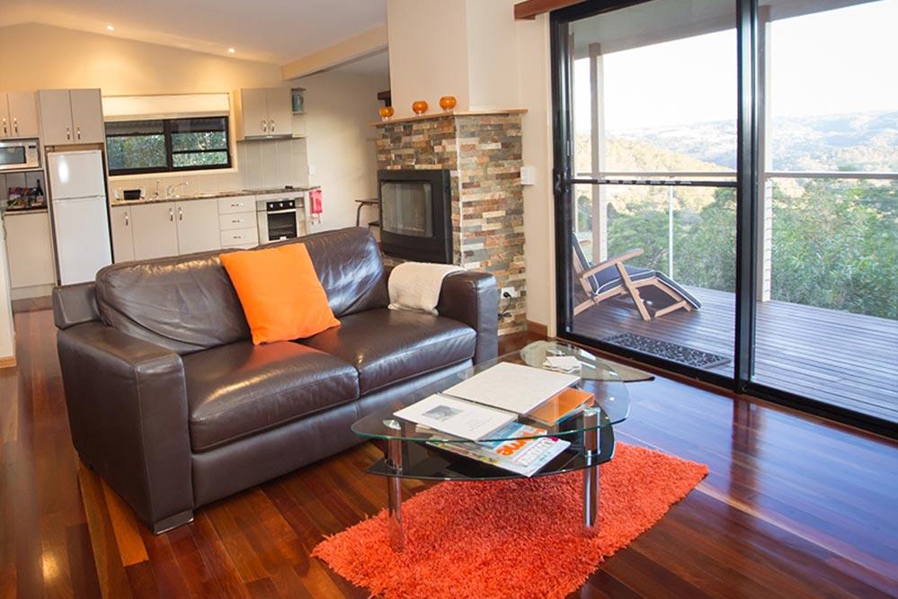 https://www.bluesummitcottages.com.au/wp-content/uploads/2015/04/lounge-kitchen-view.jpg